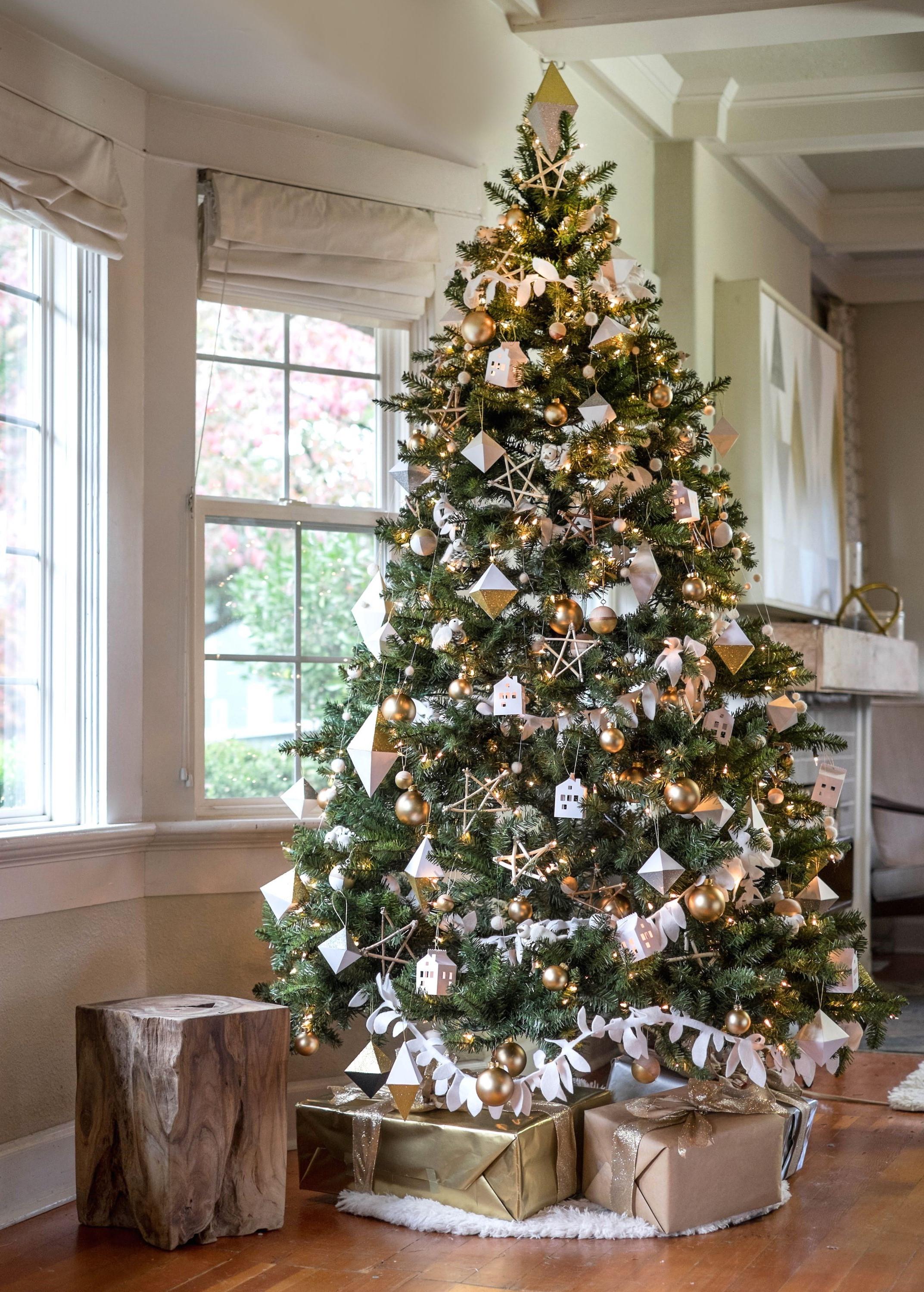 Si vous avez un grand salon, vous pouvez choisir un grand sapin de Noël, semblable à celui-ci.