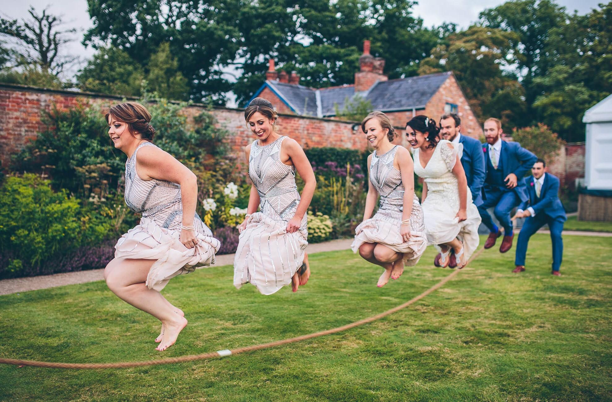 Jeux de mariage rigolo: corde à sauter.