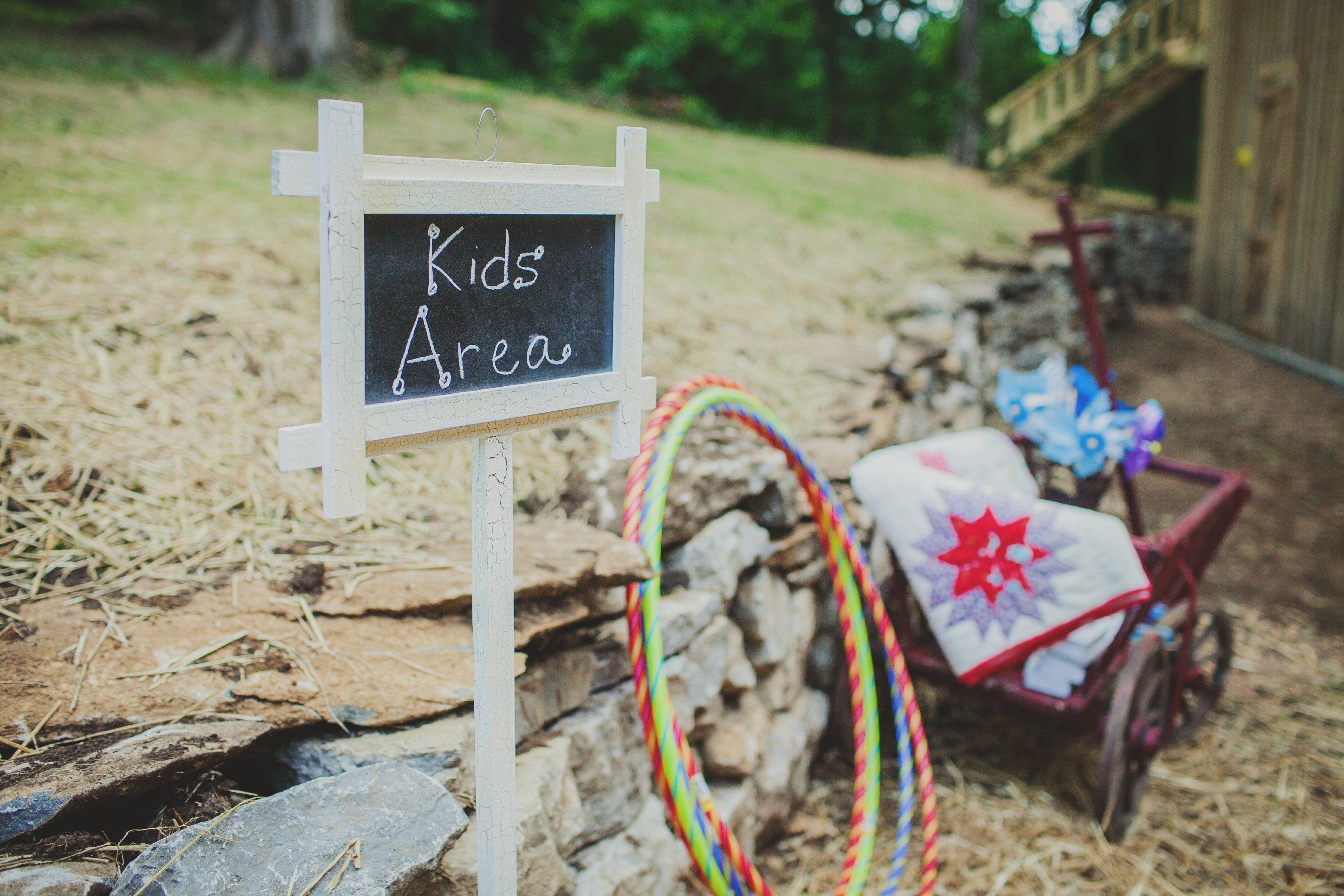 Une aire de jeux pour les enfants les garderait heureux pendant les discours!