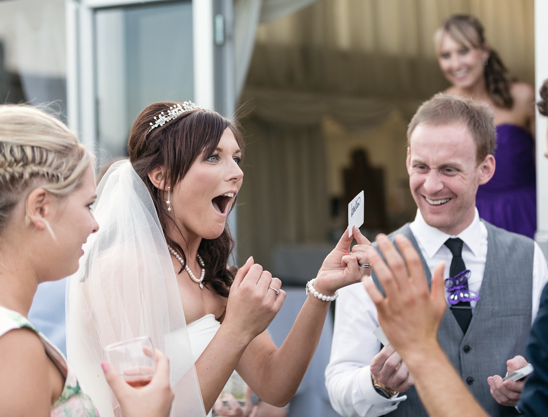 Avoir un magicien pour divertir vos invités est une idée amusante pour un mariage plus détendu.