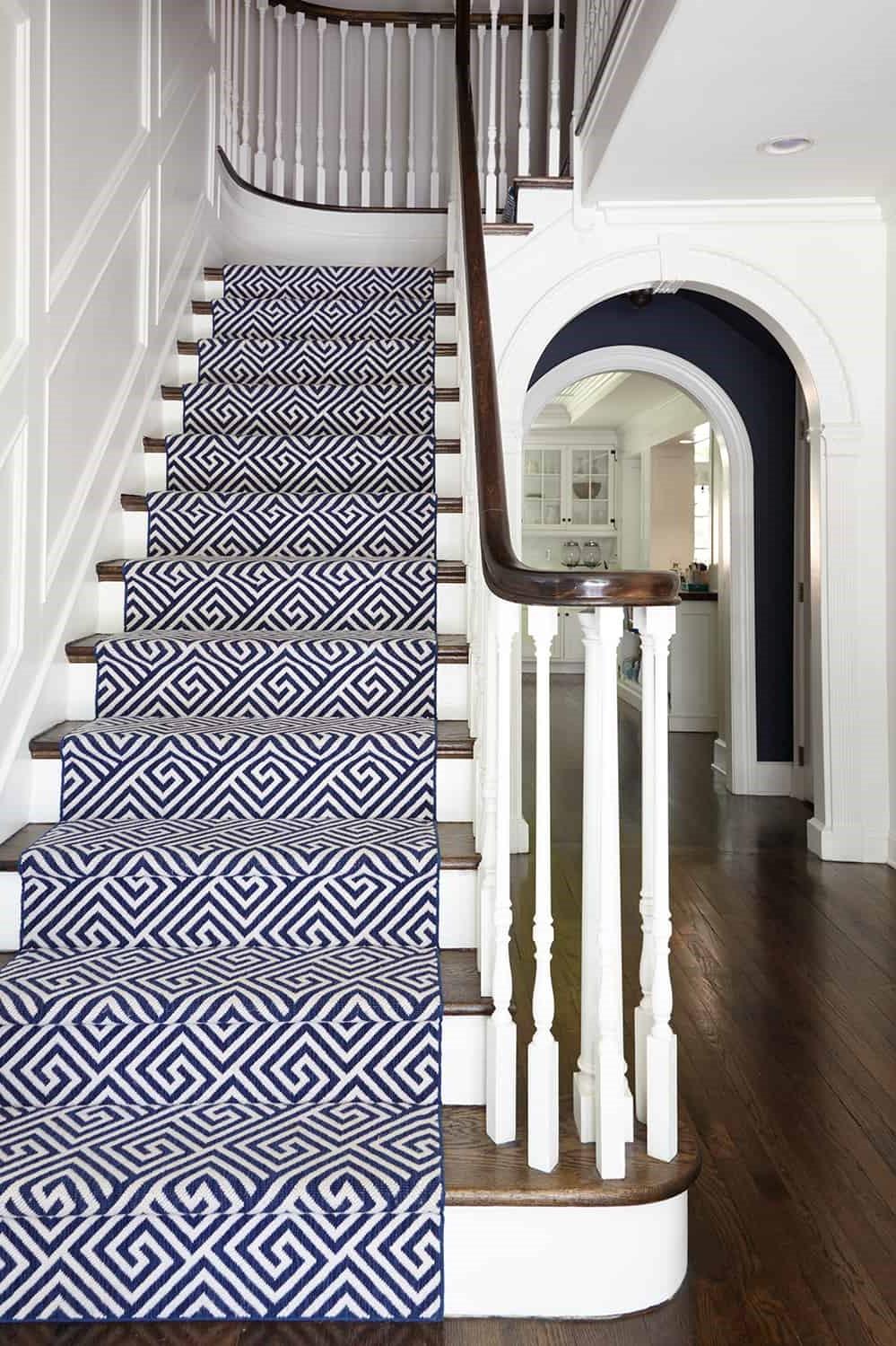 Remplacez l'ancien tapis par un nouveau afin de moderniser un escalier en bois.