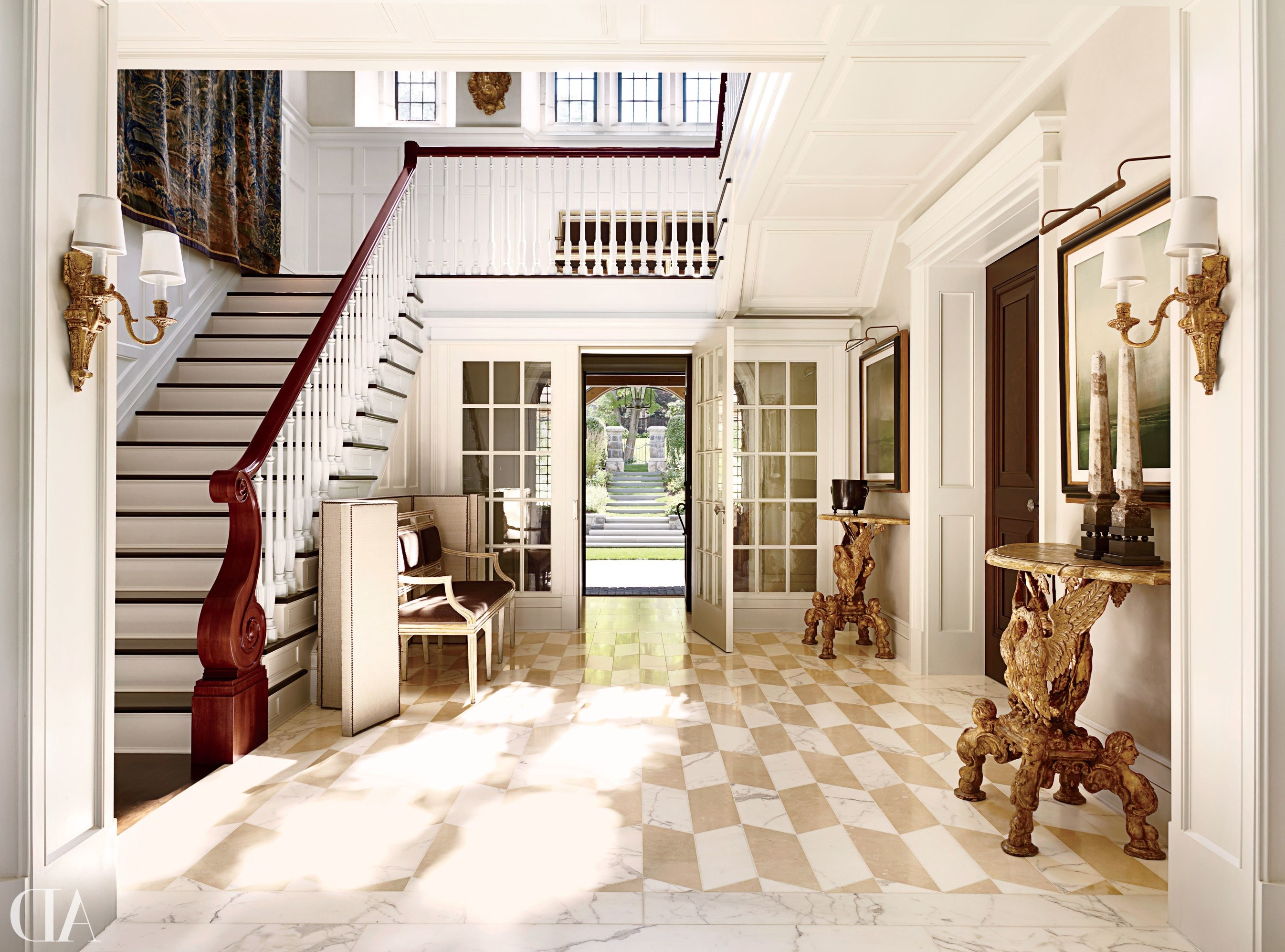 Transformez l'espace sous l'escalier dans une armoire.