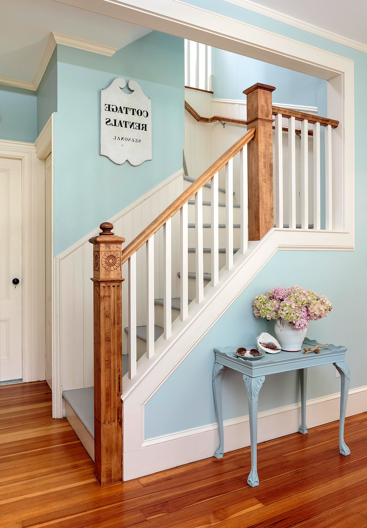 Peignez les murs autour de l'escalier dans une nouvelle belle couleur.