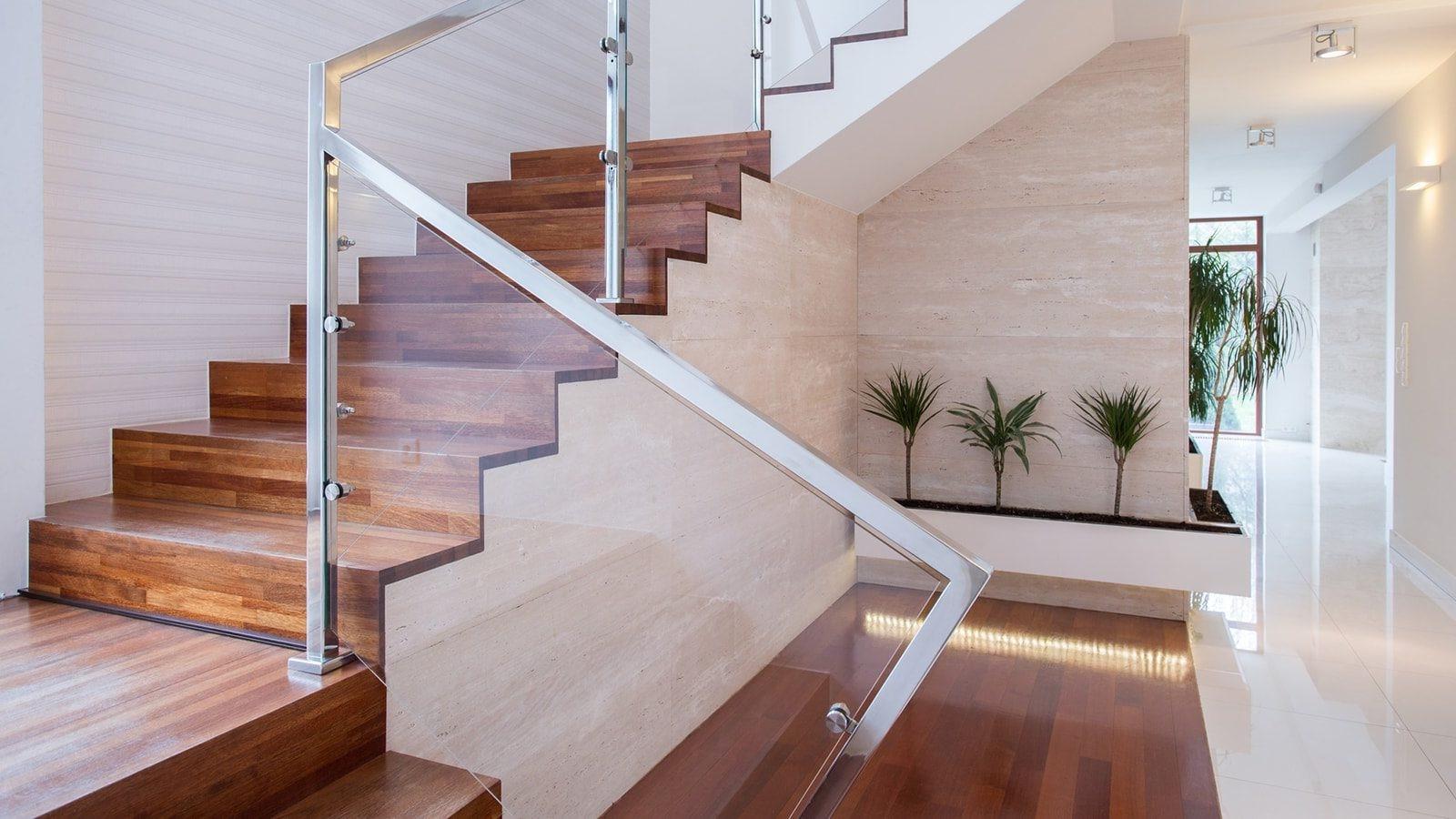 Prendre soin du bois est une étape importante de la modernisation d'un escalier en bois.