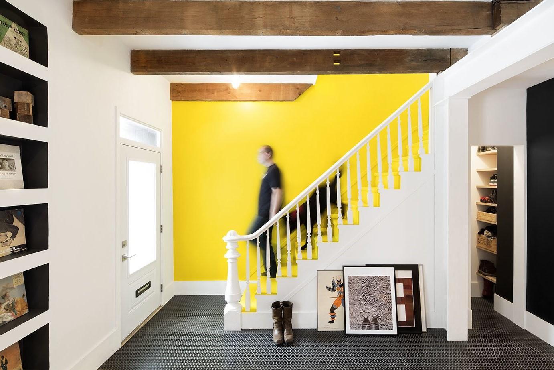 Moderniser un escalier en bois en le peignant dans une nouvelle couleur.