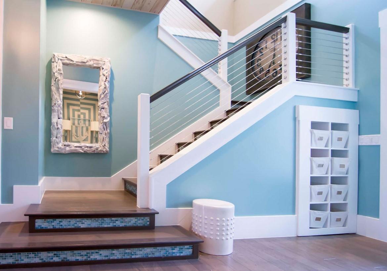 Pour une sensation nautique classique, peignez votre escalier dans une teinte plus foncée de bleu riche ou de bleu marine.