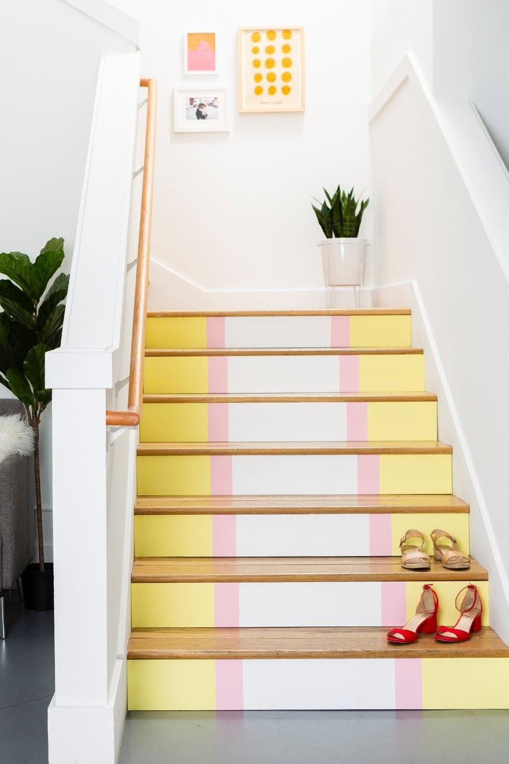 Utilisez deux ou trois tons pastel différents et des variations entre les couleurs lorsque vous peignez vos escaliers.