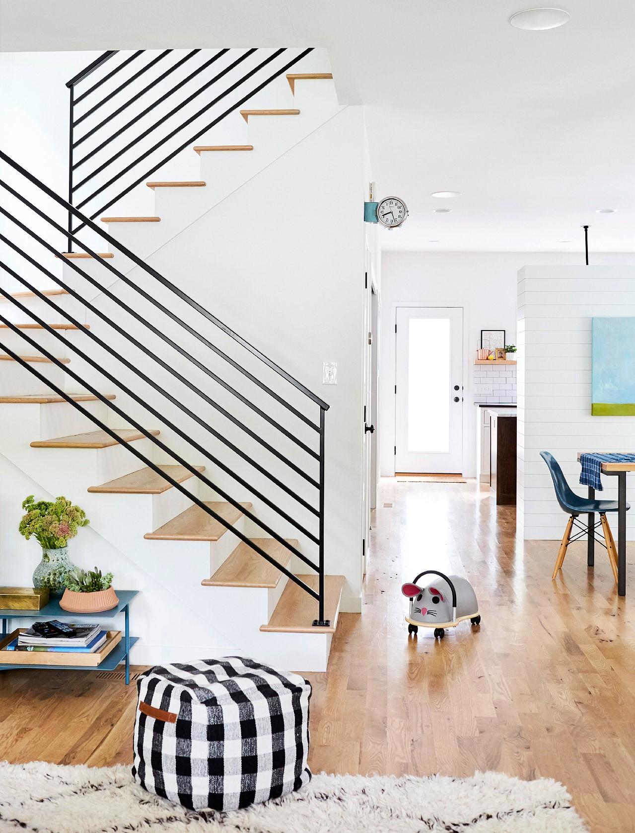 Les balustrades noires créent un bon contraste et rendent l'espace beaucoup plus moderne.