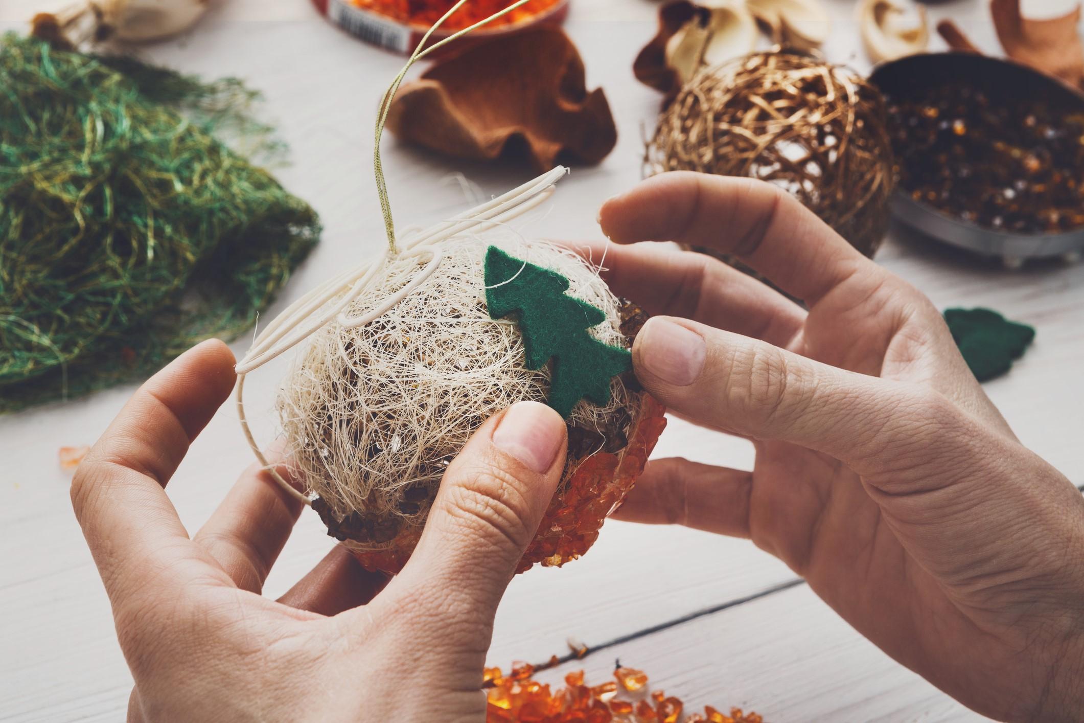 Les ornements en feutre sont parfaits pour créer des projets DIY de Noël.