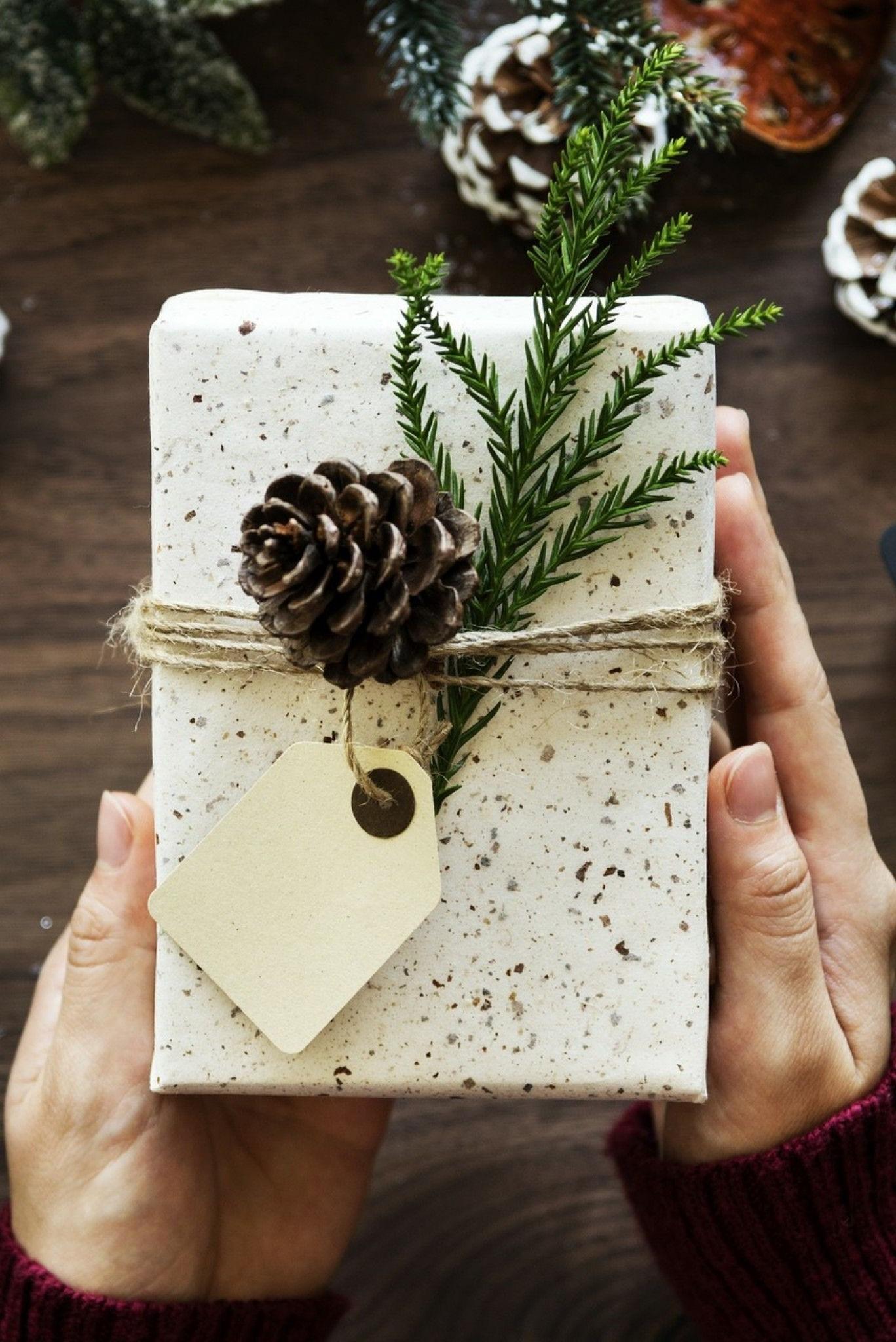 Noël zéro déchet: utilisez des détails naturels pour décorer vos cadeaux.