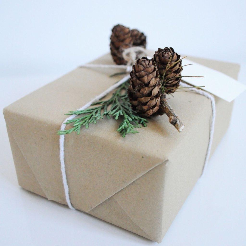 Le papier recyclé est très naturel et élégant lorsqu'il est combiné aux bons ornements.