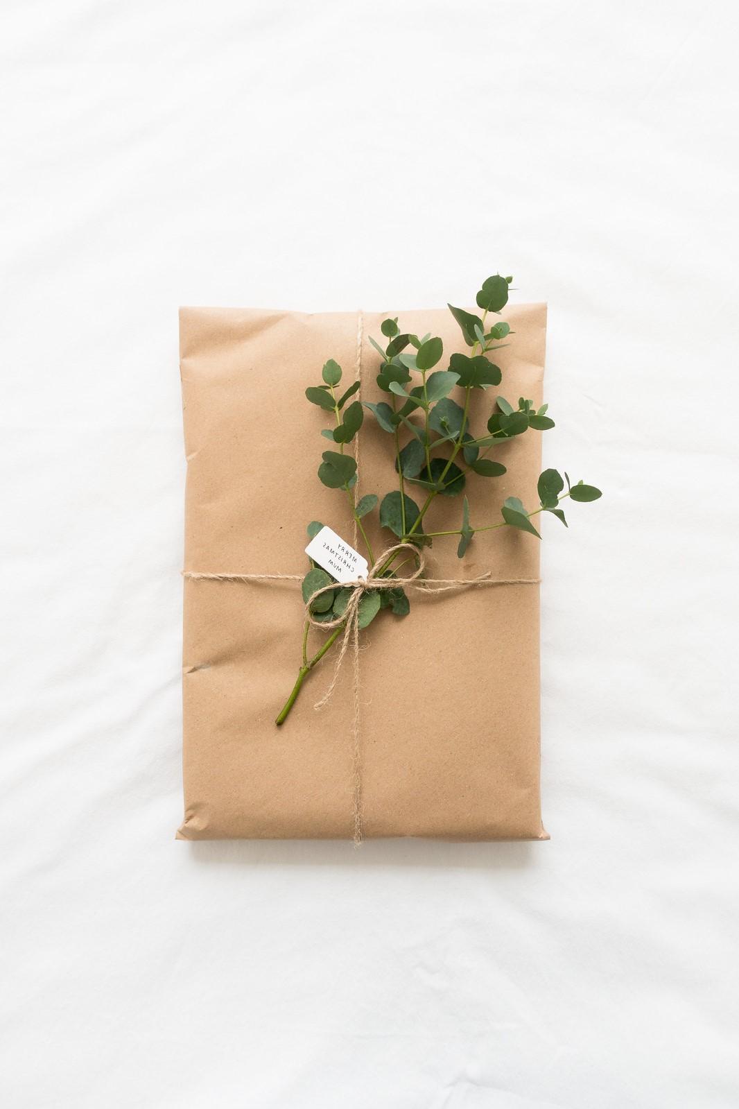 Noël zéro déchet: le papier recyclé et la verdure sont une combinaison parfaite pour l'emballage des cadeaux.