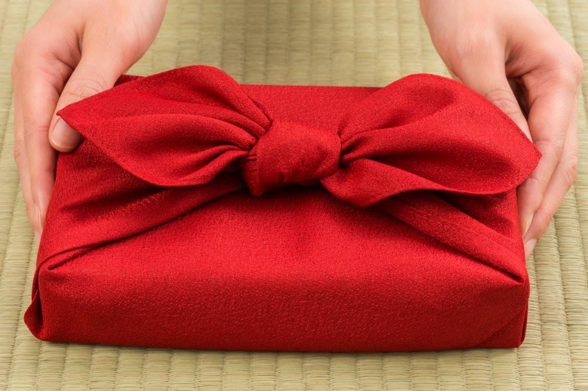 Utilisez les méthodes traditionnelles du furoshiki japonais au lieu d'un papier d'emballage non recyclable.