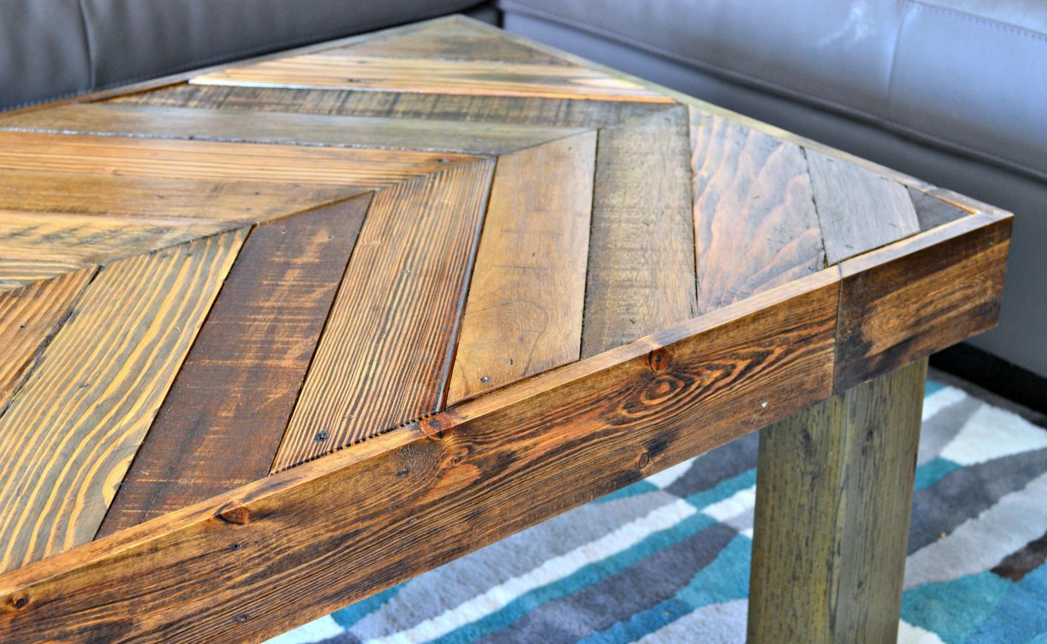 Cette table offre un style unique car elle a toutes les couleurs de bois qui la distinguent vraiment des autres.