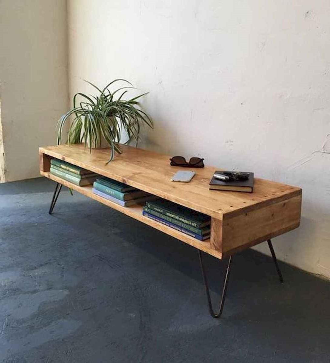 Un autre exemple d'une commode de télévision faite de palettes en bois.