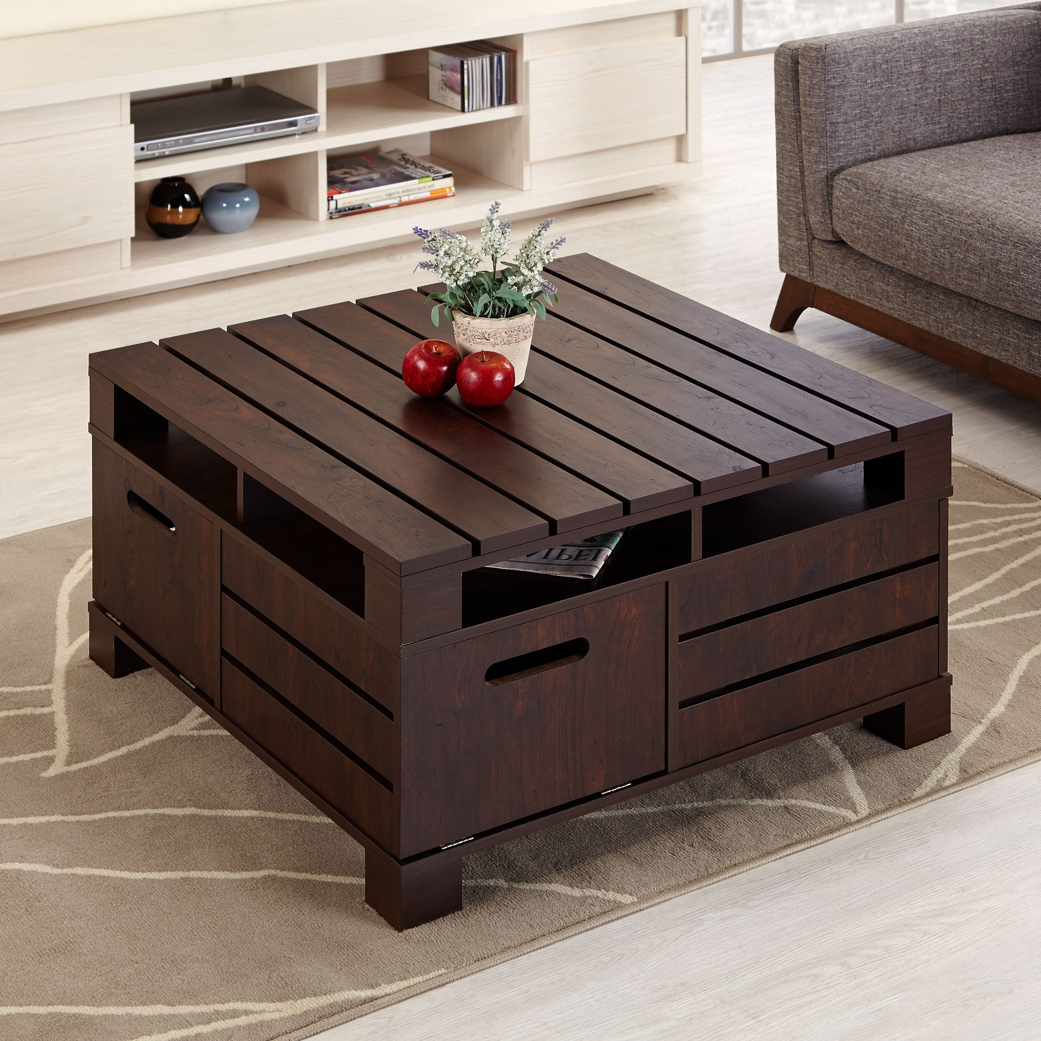 Table basse en bois sombre.