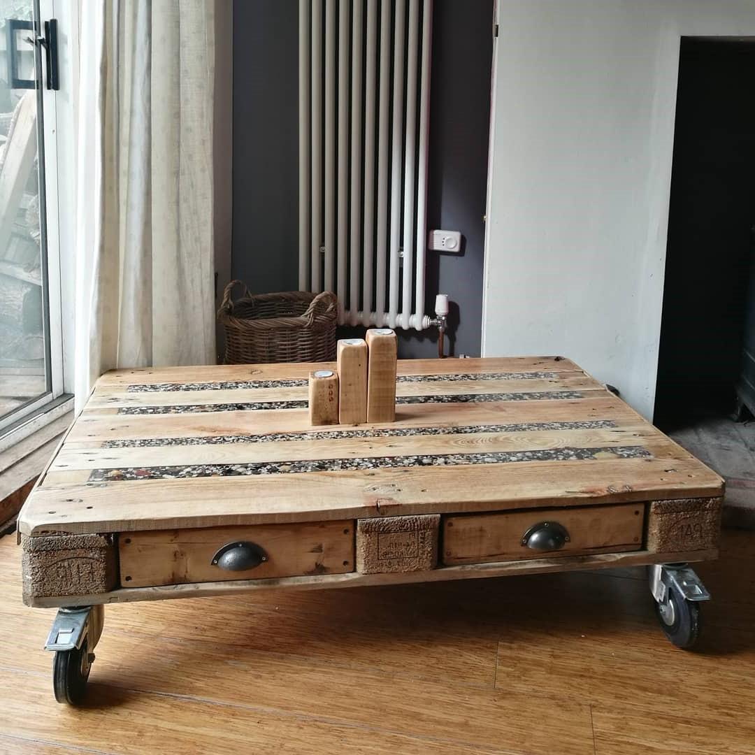 Table basse avec des petits tiroirs.