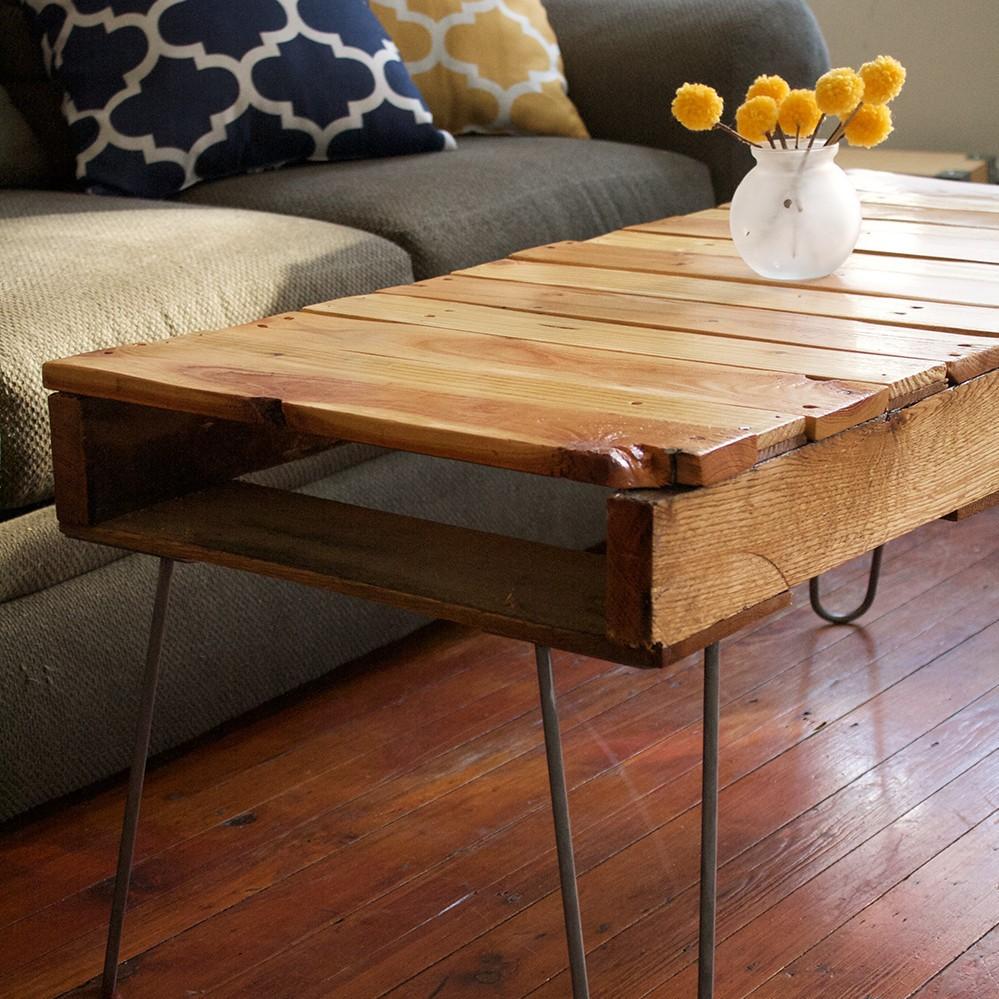 Ce projet de bricolage est facile et ne vous coûtera pratiquement rien par rapport à une table basse prête à acheter!