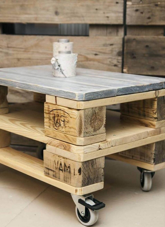 Avec un peu de mesure et de ponçage, vous pouvez transformer cune palette industrielle en une table basse jolie.