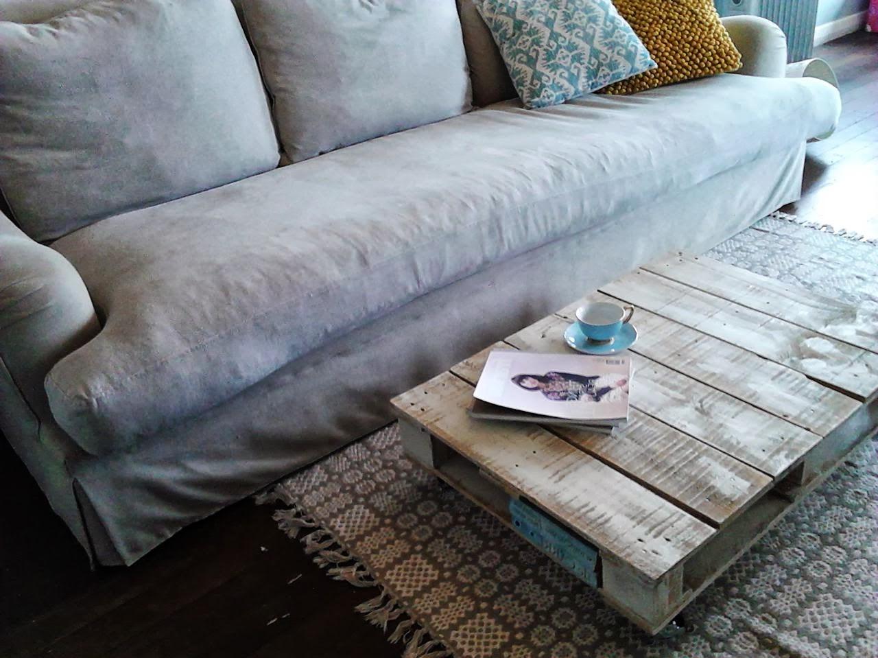 Ceci est une belle table basse robuste apporte un élément de charme rustique à la pièce.