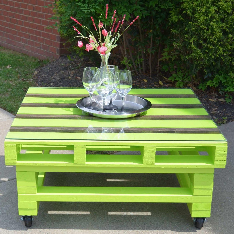 Si votre nouvelle table basse a des roues, vous pouvez l'utiliser aussi bien pour l'intérieur que pour le jardin.