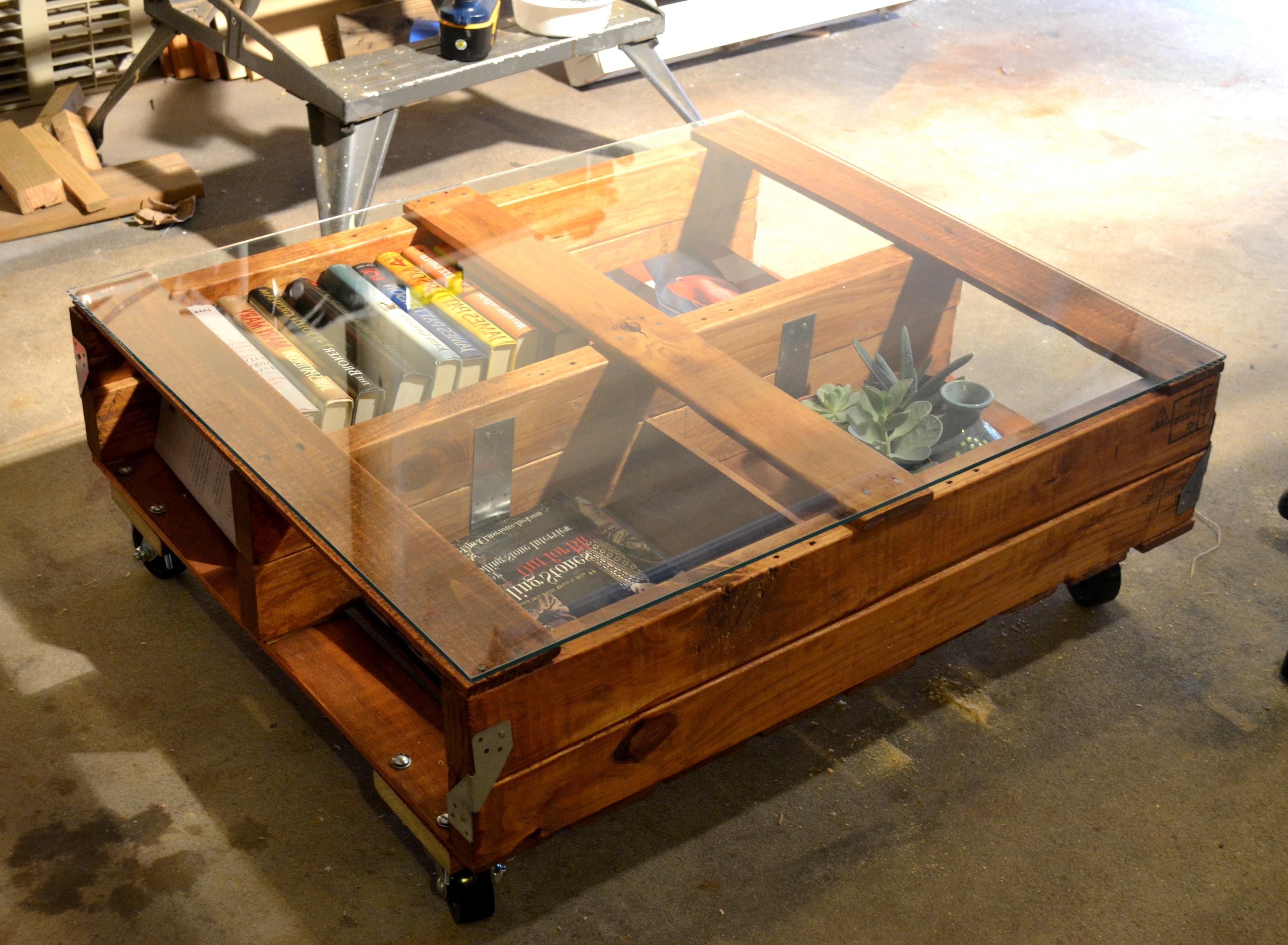 Un design comme celui-ci vous donne la possibilité d'organiser vos affaires à l'intérieur de la table basse à palette.