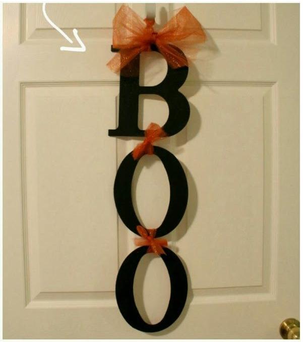 une jolie banderole en carton BOO tellement dans l'esprit d'Halloween