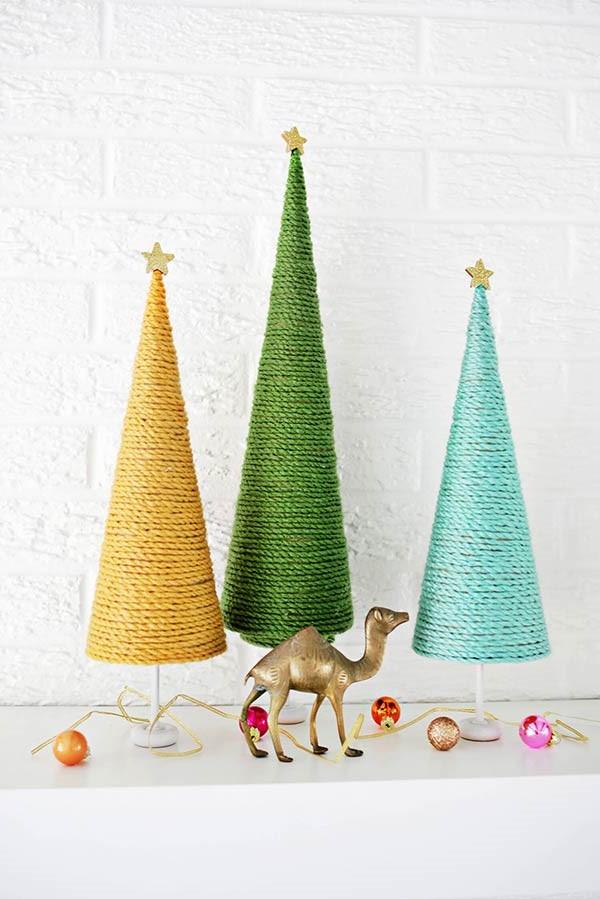Arbres de Noël enveloppés dans un fil coloré.