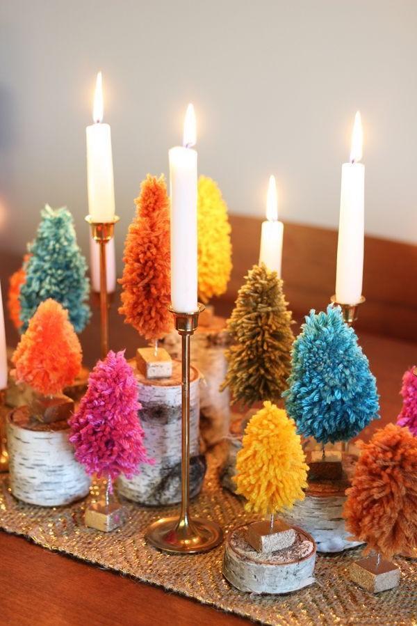 Activité manuelle de Noël: Décorations de Noël avec des pompons.