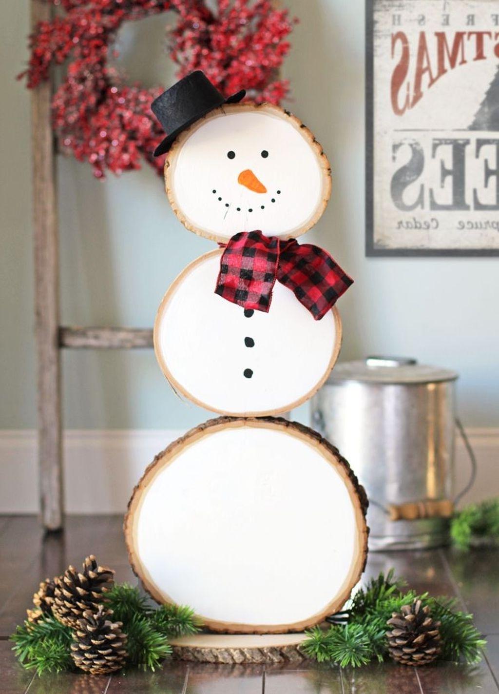 Activité manuelle de Noël: Bonhomme de neige fait de rondelles de bois.
