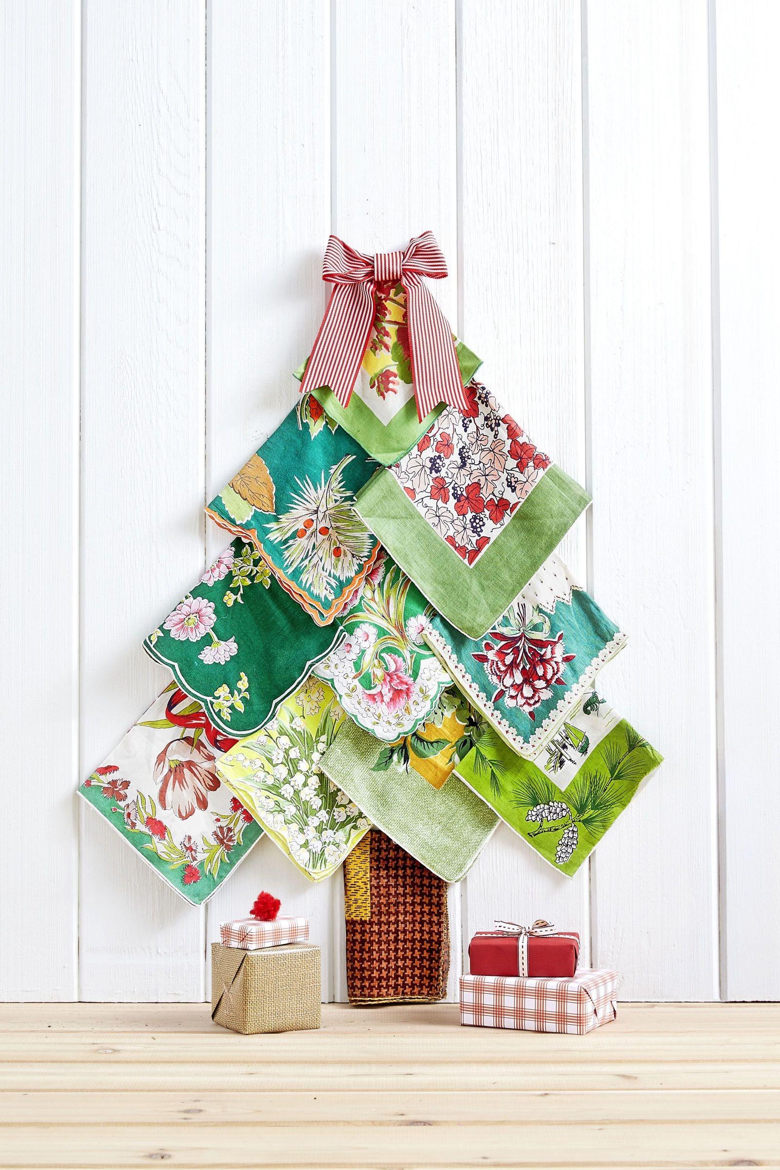 Sapin de Noël fait de mouchoirs vintage.