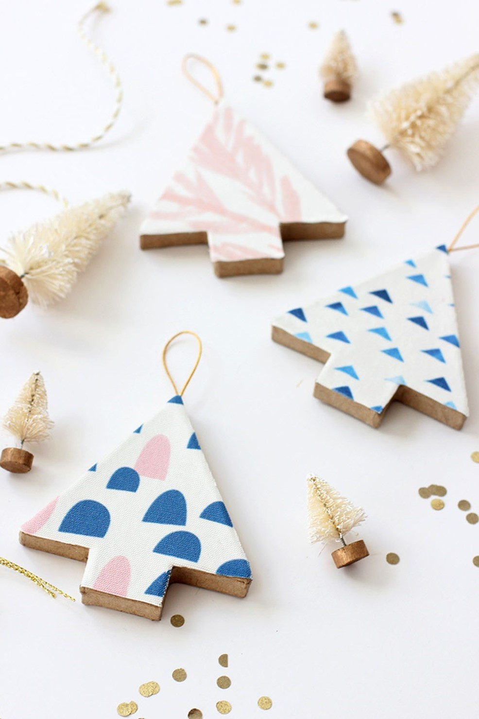 Activité manuelle de Noël: Décorations de Noël recouvertes de tissu.