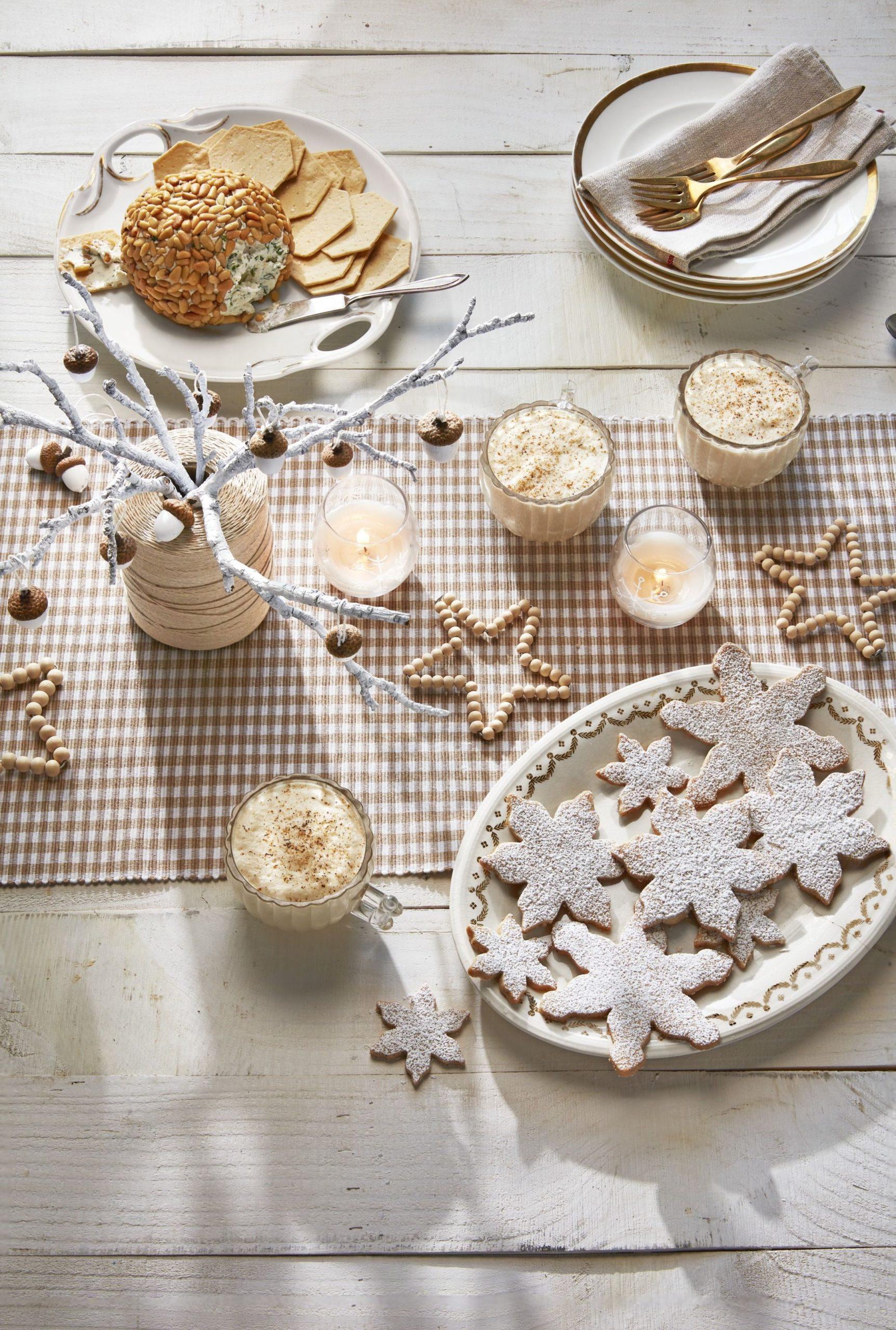 Activité manuelle de Noël: Perles en bois en forme d'étoiles.