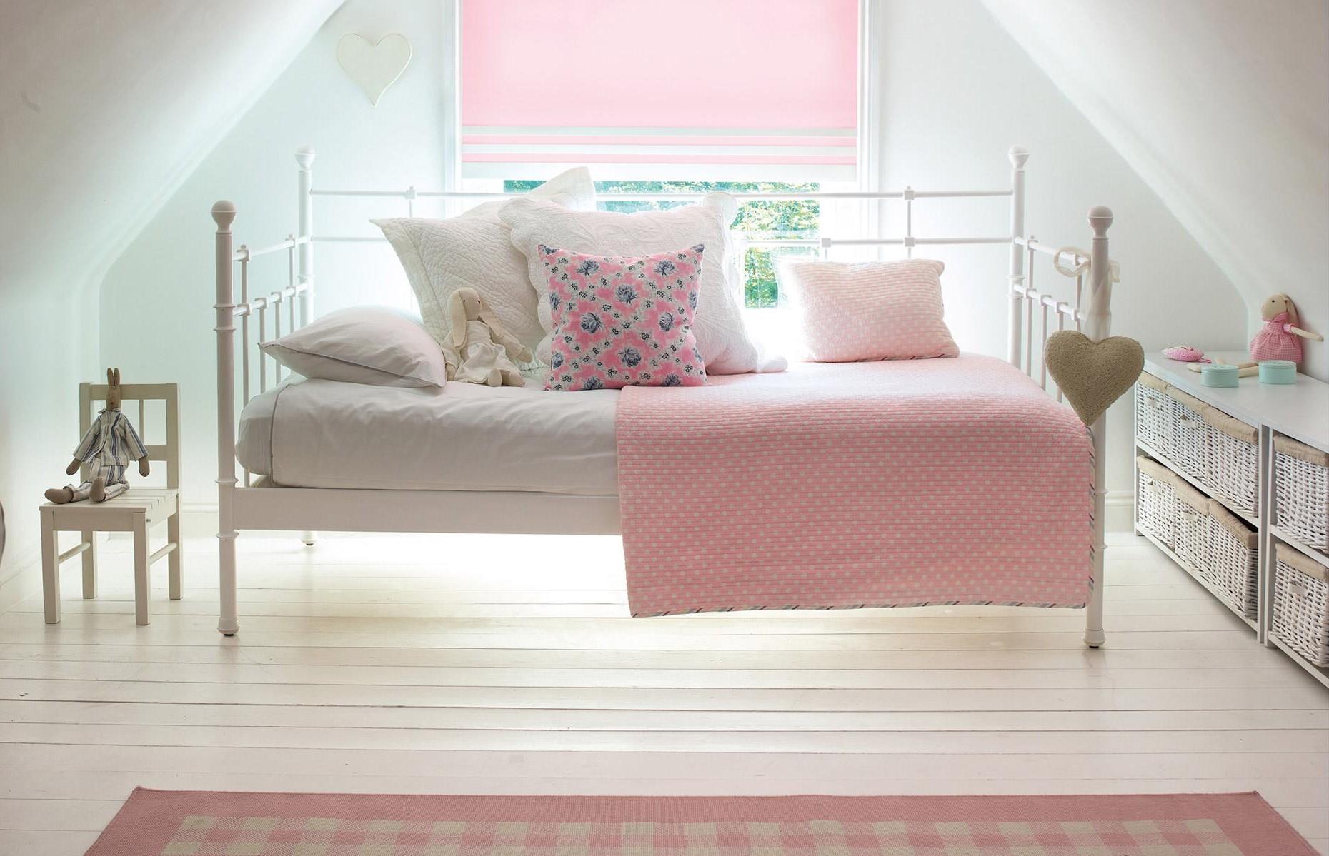 Complétez la pièce avec un cadre de lit en métal de style industriel et réutilisez une chaise inutilisée pour en faire une table d'appoint.