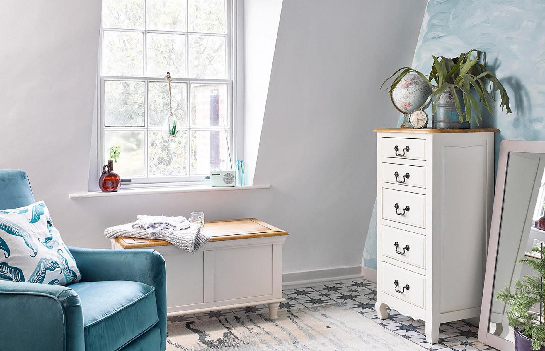 Ce banc de rangement en bois pratique a reçu une nouvelle vie en tant que mini-siège de fenêtre.