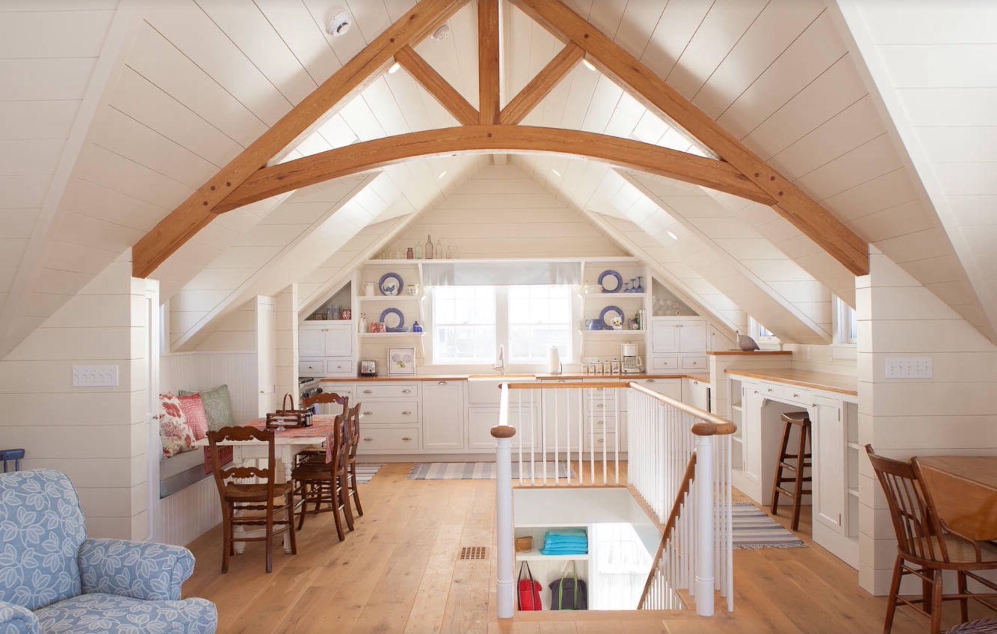 Les poutres structurelles sont l'accent principal de tout grenier, alors pourquoi ne pas en faire le point central de votre chambre mansardée?