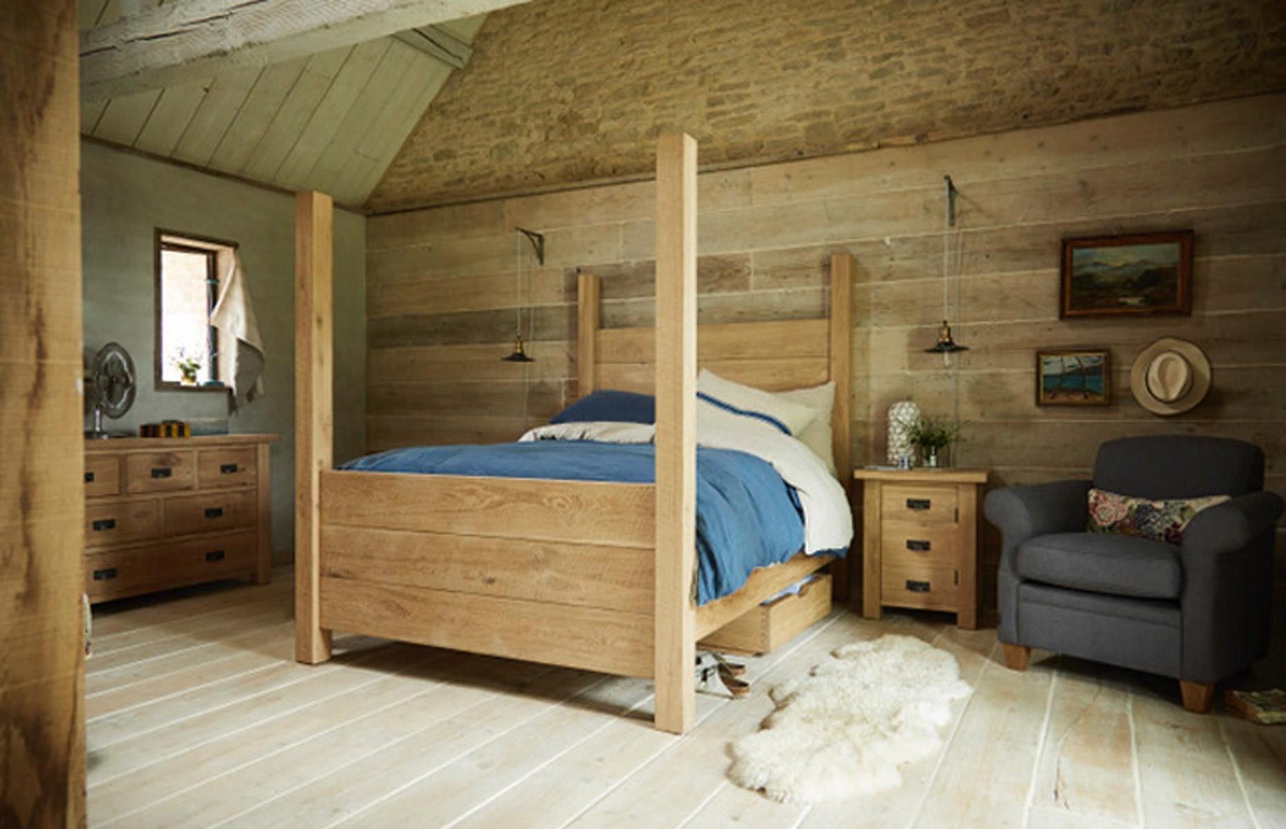 Aménagement sous combles: Investissez dans un lit à baldaquin.