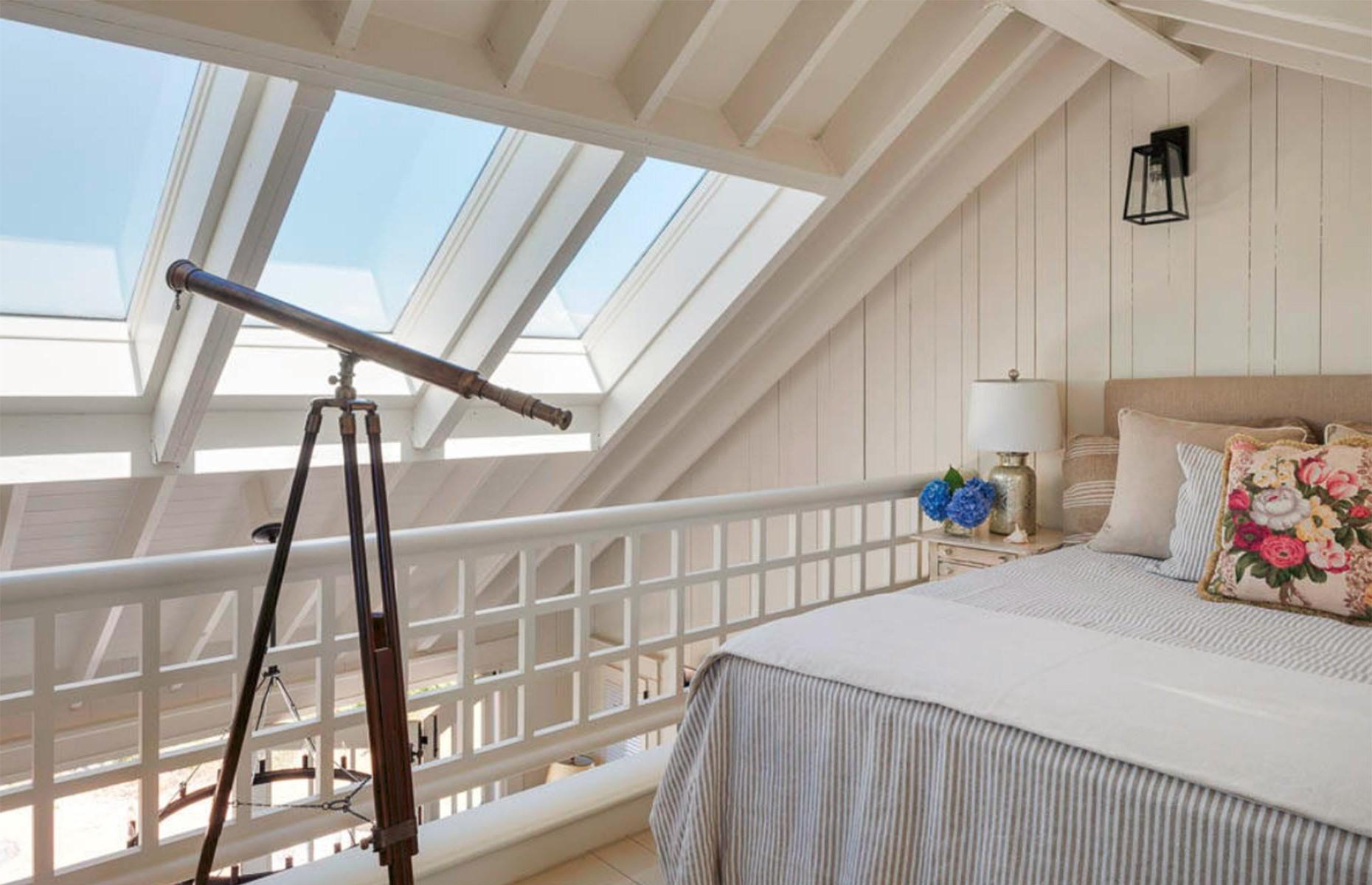 Faites des fenêtres l'accent principal dans votre confortable pièce mansardée.