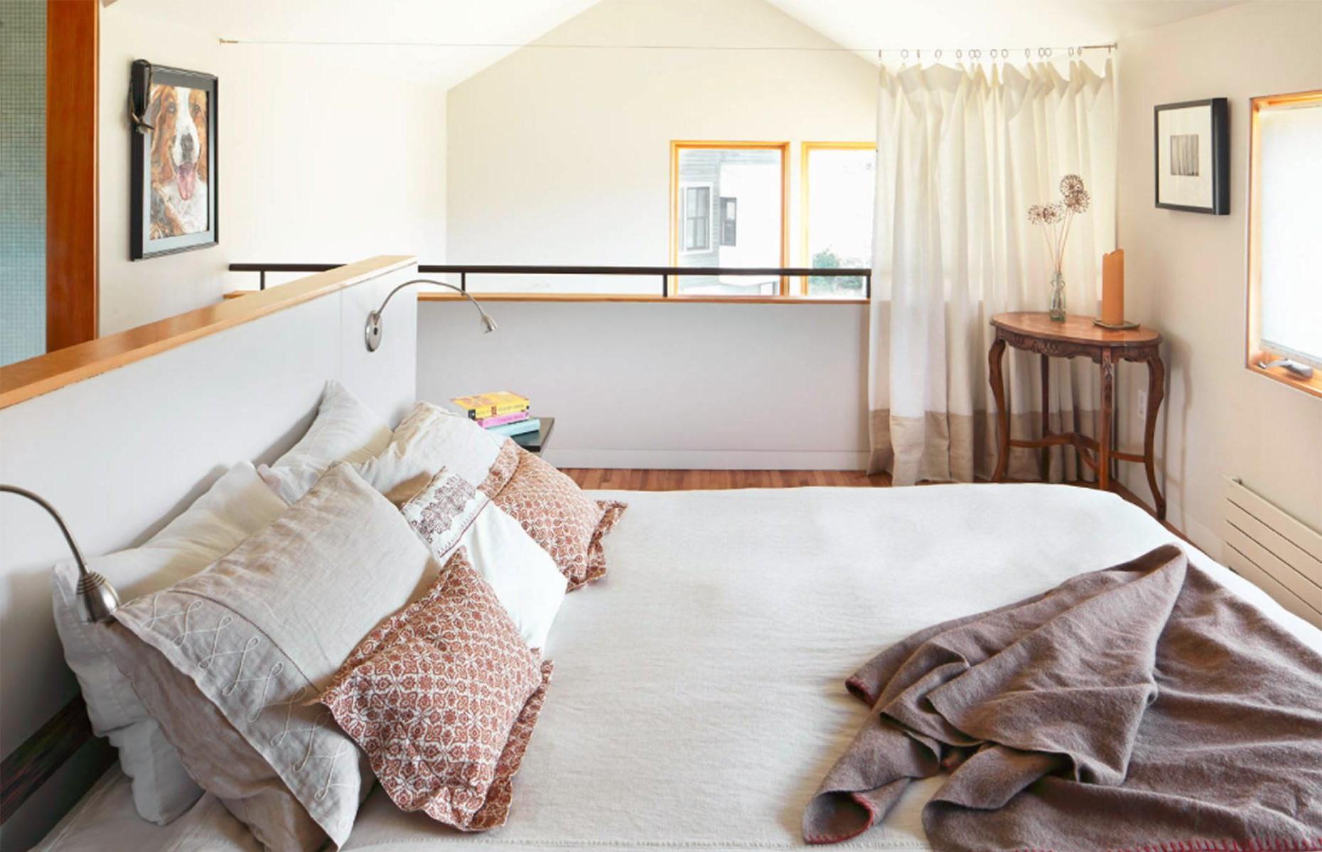 Ajoutez une touche d'intimité supplémentaire en introduisant un rideau dans une chambre à coucher ouverte.