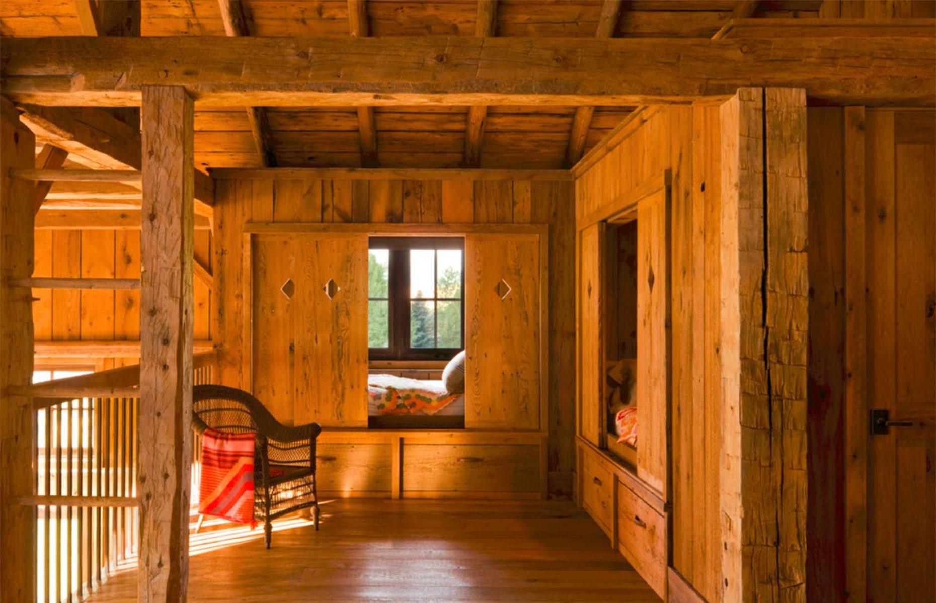 Voici l'option à une chambre qui plaira aux enfants: des niches pour dormir fermées par des volets de style chalet.
