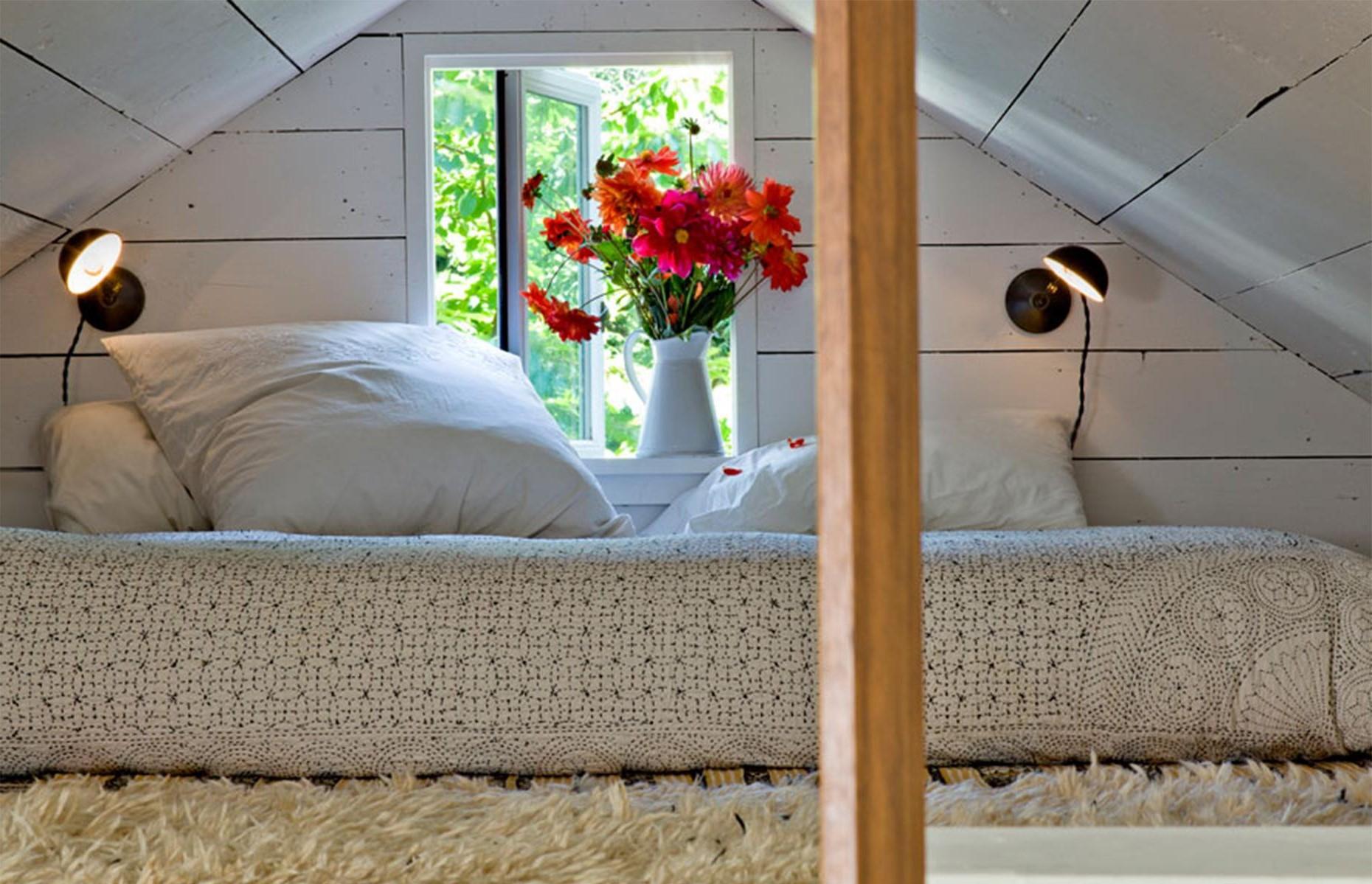 Aménagement sous combles: Certaines chambres mansardées sont si petites qu'il n'ya pas de place pour autre chose qu'un lit.