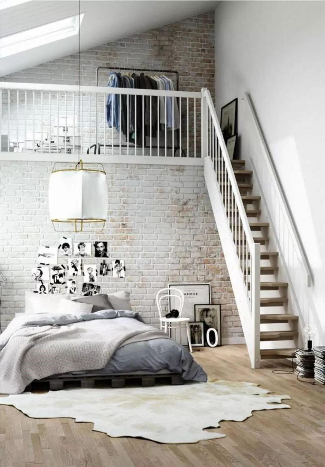 Aménagement sous combles: Les fenêtres peuvent ajouter un intérêt architectural, tout en baignant votre chambre de lumière.