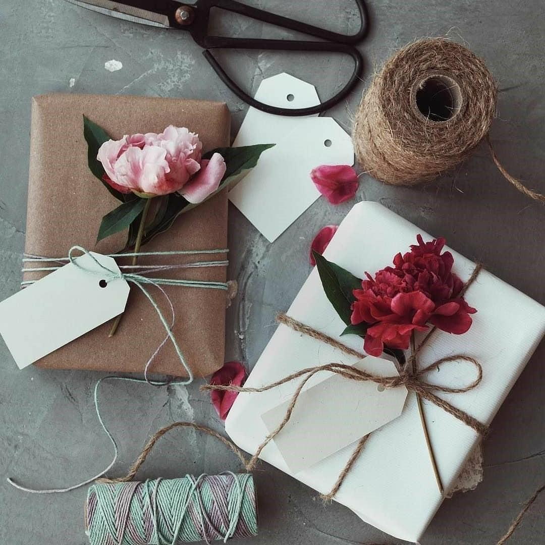 Emballage cadeau élégant avec des fleurs fraîches.