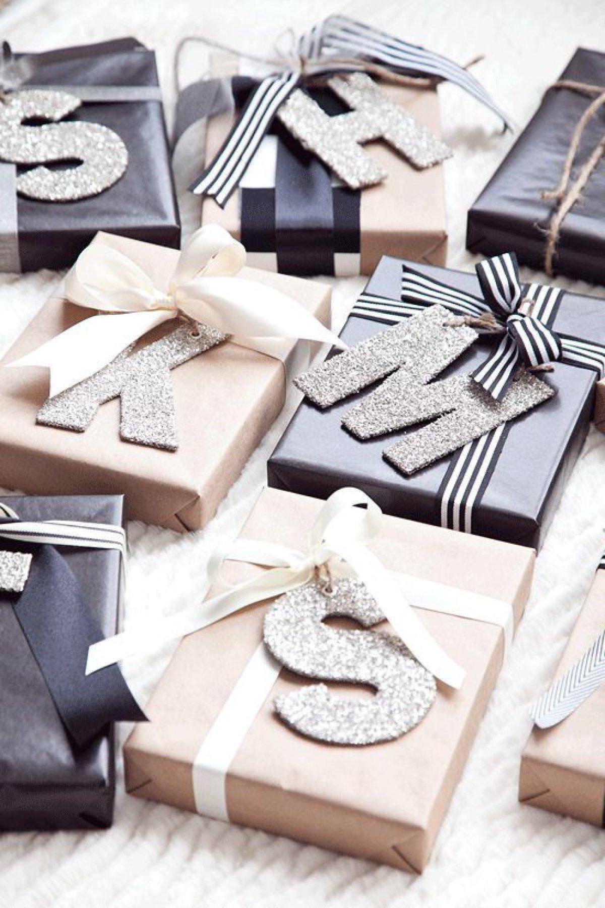 Emballage cadeau personnalisé avec des lettres étincelantes.