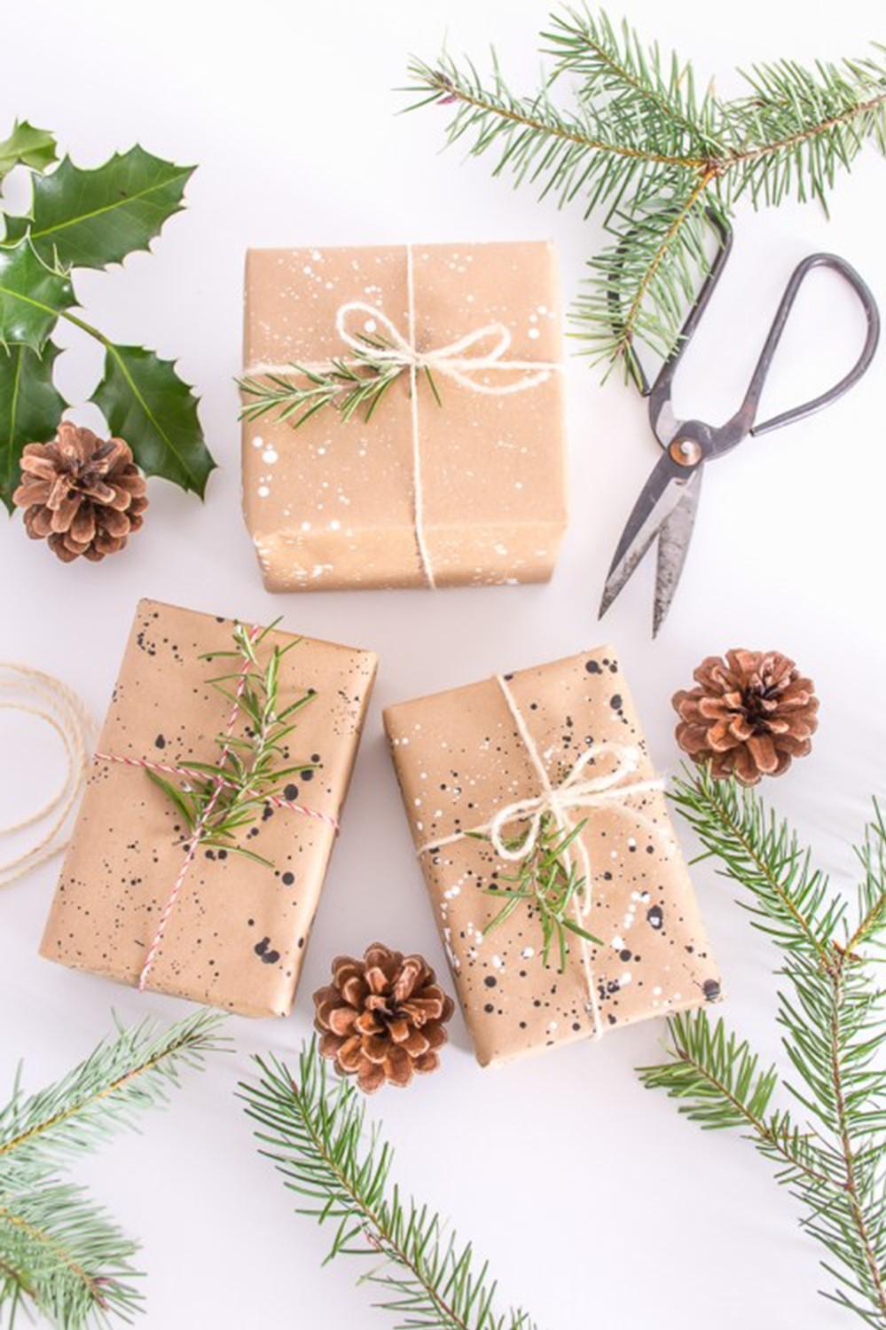Boîte en carton de Noël décorée d'éléments naturels.