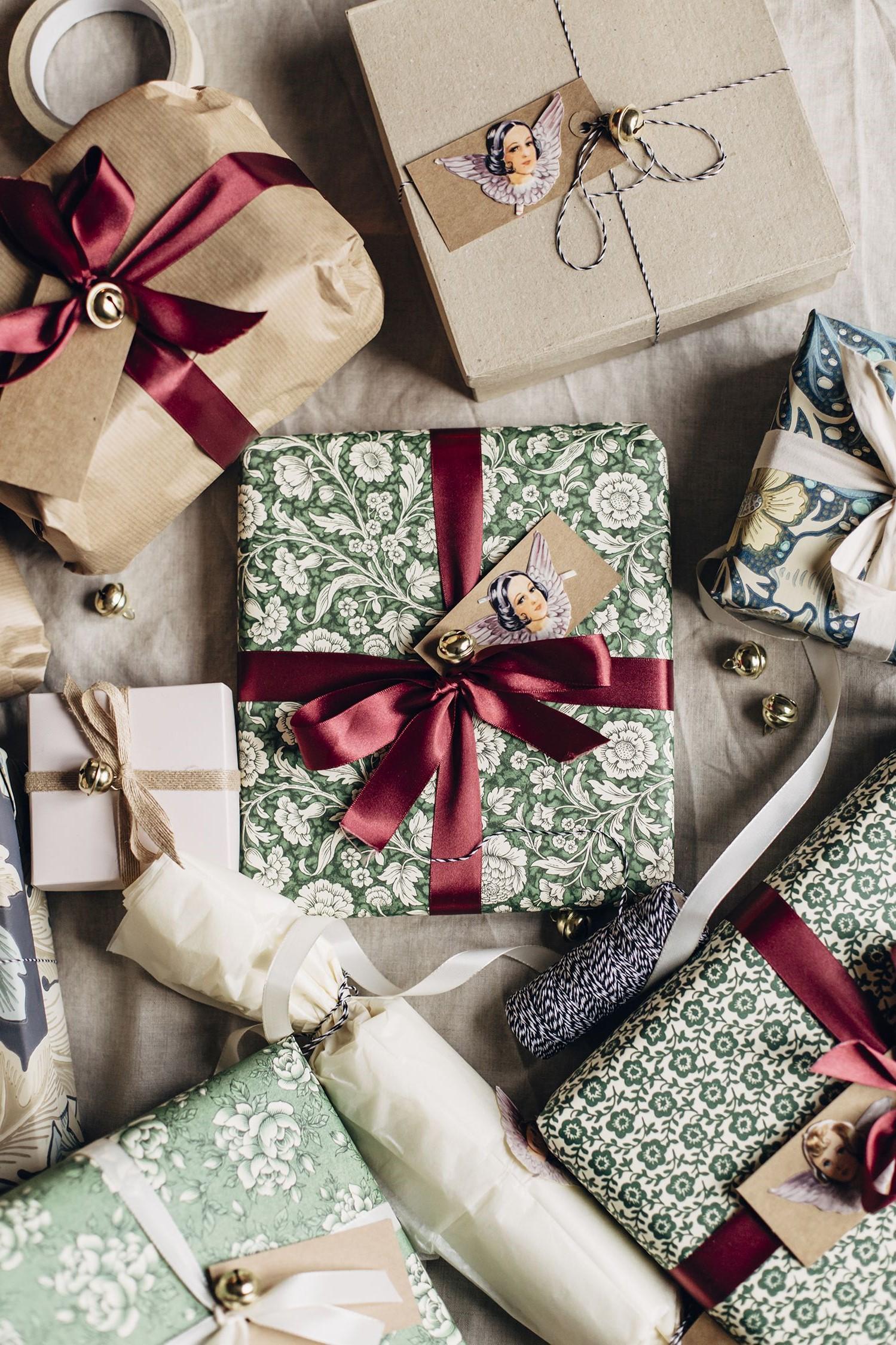 Boîte de carton de Noël avec emballage classique et élégant.