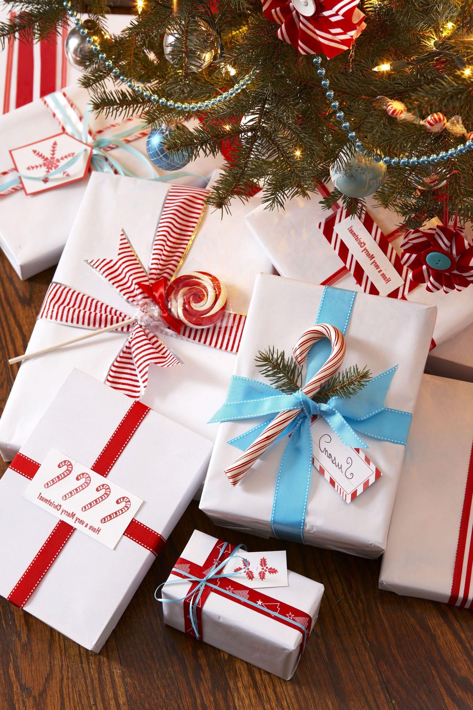 Boîte en carton de Noël décorée de délicieuses sucettes.