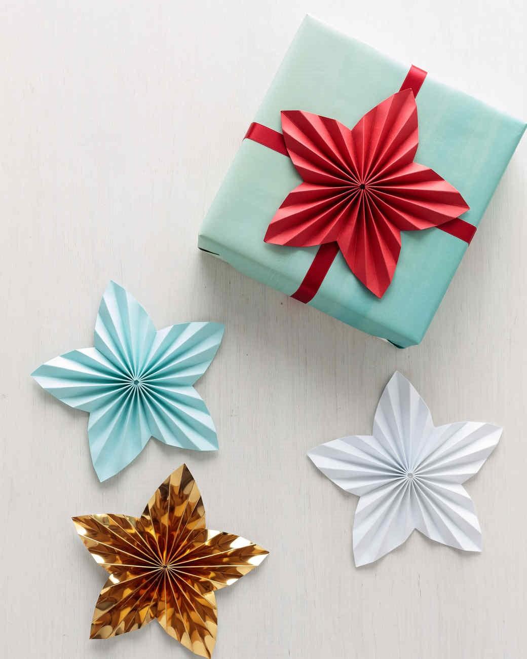 Emballage cadeau décoré d'étoiles en papier.
