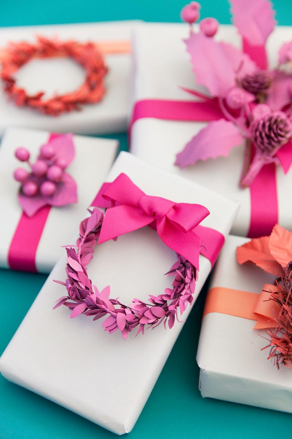 Ne vous limitez pas à utiliser uniquement du papier vert et rouge pour emballer les cadeaux de Noël.