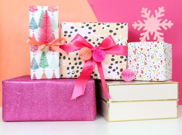 Un emballage de cadeau de Noël coloré et joyeux.